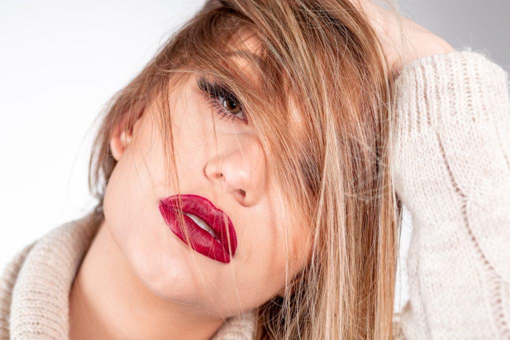 du rouge sur les lèvres